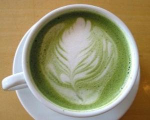 чашка заваренного зеленого кофе