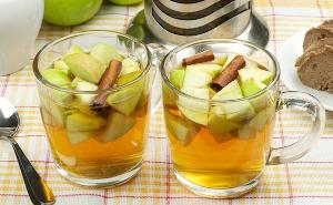 можно добавить в зеленый чай яблоко и корицу